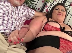 Plumper Bella Bendz takes 2 cocks